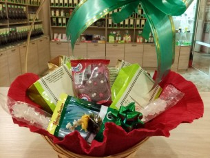 Подарочная корзина с черными и зелеными чаями, кофе, шоколадом