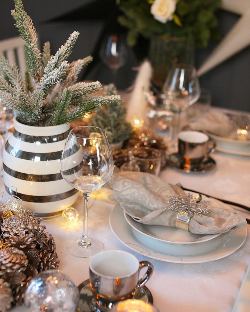 Сервируем стол с дополнительным блеском. Это могут быть любые предметы под серебро или золото.